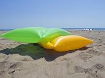 Mattrasses do ar na praia fotos de stock royalty free