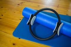 Mattt för för Pilates cirkel som och övning hålls på trägolv royaltyfria foton