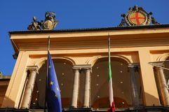 Mattuttino soleggiato di Corridoio e cielo blu intenso nel centro urbano in Lodi in Lombardia (Italia) Immagine Stock
