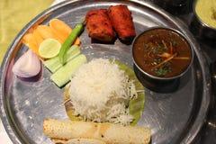 Matuppläggningsfat med grönsaken, ris, sallad, citronen, rullar, den gröna chili etc. royaltyfri fotografi