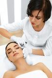 mature över plastikkirurgiwhitekvinna Kvinnan får den kosmetiska injektionen cosmetology _ royaltyfri fotografi