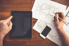 Mature architect with gadget Royalty Free Stock Photos