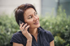 Mature businesswoman talking over her cell phone Royalty Free Stock Photos