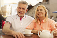 Mature couple relaxing at cafe Royalty Free Stock Photos