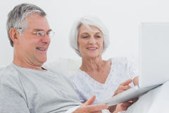 Mature couple using a laptop together Royalty Free Stock Photography