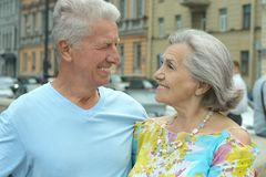 Mature couple walking in town Royalty Free Stock Photography