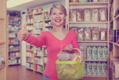 Mature female customer demonstrating healthy food Royalty Free Stock Photography
