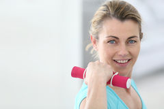 Mature fitness woman excercising Royalty Free Stock Photos