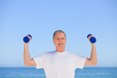 Mature man doing his exercises Royalty Free Stock Images