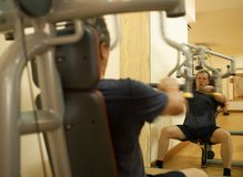 Mature man exercising on shoulder press machine Royalty Free Stock Photography