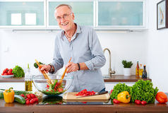 Mature man in the kitchen VI Royalty Free Stock Photos