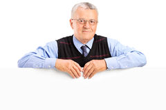Mature man posing behing white panel Royalty Free Stock Photos