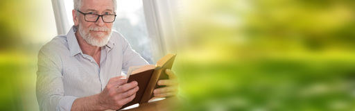 Mature man reading a book Royalty Free Stock Images