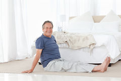 Mature man stretching Royalty Free Stock Photography