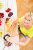 Mature woman blending a smoothie Royalty Free Stock Photography