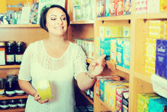 Mature woman customer holding dietary supplements Royalty Free Stock Photos