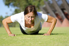 Mature woman doing push up exercise I Royalty Free Stock Images