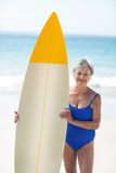 Mature woman posing with a surfboard Royalty Free Stock Photos