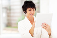 Mature woman tablet computer Royalty Free Stock Photography