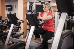 Mature woman working out at the gym Royalty Free Stock Photography