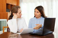 Mature woman and yong daughter with laptop Royalty Free Stock Photos