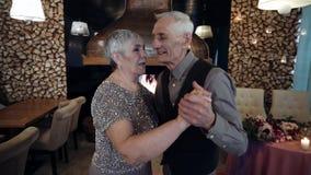 Maturi e milf, anche più vecchia coppia che balla il ballo lento stock footage