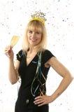 Maturi la donna abbastanza bionda che celebra con un vetro di champagne sulla notte di San Silvestro Immagine Stock
