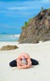 Maturi la donna invecchiata che fa l'yoga su un beac tropicale del deserto fotografie stock libere da diritti