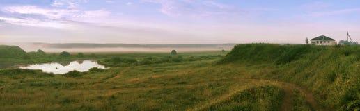 Matutinal rustiek landschap met rivieroevertype op houten en nevelig Royalty-vrije Stock Afbeelding