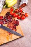 Matvaruaffär för bitande kniv och kött Royaltyfri Bild