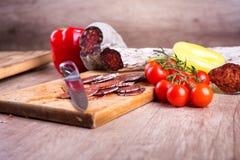 Matvaruaffär för bitande kniv och kött Arkivfoto
