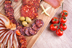 Matvaruaffär, rökt kött och grönsaker Arkivfoton