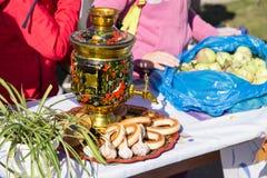 MATYRSKY RYSSLAND - September 23, 2017: Pumpahavregrötfestivalen Litet bröd på samovar Arkivfoto