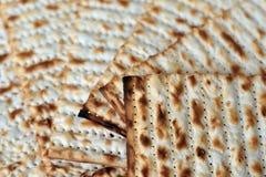 Matza für jüdisches Feiertags-Passahfest Lizenzfreie Stockbilder