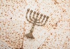 Matza judaico com menorah Imagens de Stock