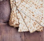 Matza judaico do pão de easter na madeira Fotos de Stock Royalty Free