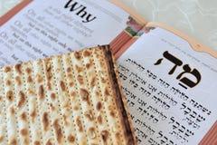 Matza mit Haggadah für jüdisches Feiertags-Passahfest Lizenzfreie Stockbilder