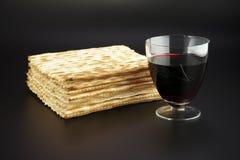 Matza y vino rojo Imagen de archivo