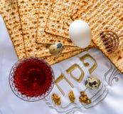 Matzah, huevos y bebida tradicionales de la comida del vino rojo para el día de fiesta judío de la pascua judía Imagen de archivo libre de regalías
