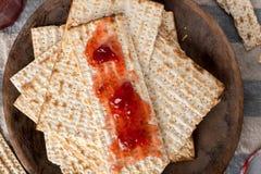 Matzah med sylter - osyrat bröd för påskhögtid Royaltyfri Foto