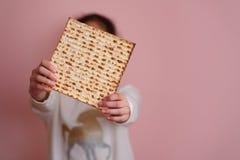 Matzah o matza de la tenencia de la chica joven Tarjeta jud?a de la invitaci?n o de felicitaci?n de la pascua jud?a de los d?as d fotografía de archivo