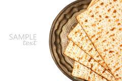 Matzo στο εκλεκτής ποιότητας πιάτο για τις διακοπές passover που απομονώνονται στο άσπρο υπόβαθρο Στοκ Φωτογραφίες