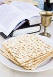 Matzo y vino para la celebración del passover Fotos de archivo libres de regalías