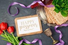 Matzoh концепции праздника еврейской пасхи, рамка фото и цветки тюльпана на темной предпосылке Стоковое фото RF