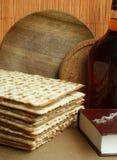 Matzoh e frasco com vinhos vermelhos Imagens de Stock Royalty Free
