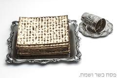Matzos para la pascua judía Hecho a mano con el cuenco de la plata de A fotos de archivo libres de regalías
