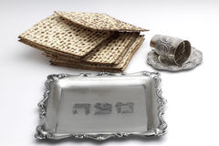 Matzos para a páscoa judaica Feito a mão com a bacia da prata de A fotografia de stock royalty free