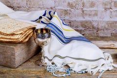 Matzot и красное вино - символы еврейской пасхи Стоковые Изображения RF