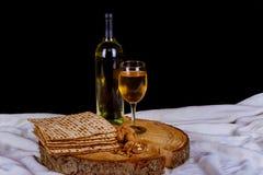 matzot, красное вино и блюдо серебра Стоковое Изображение RF