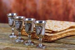 Matzot cuatro vidrios de símbolos del vino rojo de la pascua judía fotos de archivo libres de regalías